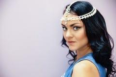 Muchacha con el adorno hermoso en la cabeza Imagen de archivo
