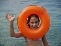 Muchacha con el anillo de goma Imagen de archivo