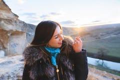 Muchacha con el anillo en la puesta del sol Fotos de archivo