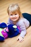Muchacha con el animal doméstico del juguete Imagen de archivo
