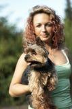 Muchacha con el animal doméstico del pequeño perro Fotos de archivo libres de regalías