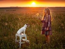 Muchacha con el animal doméstico en el verano Fotografía de archivo