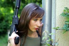 Muchacha con el arma Imagen de archivo libre de regalías