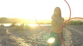 Muchacha con el aro en naturaleza almacen de video