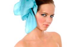 Muchacha con el arqueamiento azul en pelo Imagenes de archivo