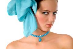 Muchacha con el arqueamiento azul en pelo Foto de archivo