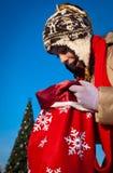 Muchacha con el bolso de la Navidad Foto de archivo libre de regalías