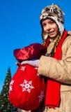 Muchacha con el bolso de la Navidad Imágenes de archivo libres de regalías
