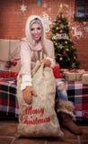 Muchacha con el bolso de la Navidad Fotos de archivo