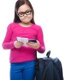 Muchacha con el bolso, el boleto y el pasaporte del viaje Imagen de archivo libre de regalías
