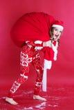 Muchacha con el bolso rojo grande de la Navidad Fotografía de archivo libre de regalías