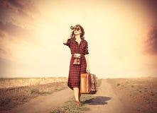 Muchacha con el bolso y binocular Imagen de archivo