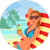 Muchacha con el cóctel en la playa Foto de archivo