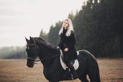 Muchacha con el caballo Fotos de archivo