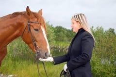 Muchacha con el caballo. Fotografía de archivo libre de regalías