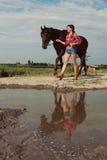 Muchacha con el caballo marrón Fotos de archivo libres de regalías
