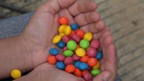 Muchacha con el caramelo, dulces, azúcar almacen de metraje de vídeo