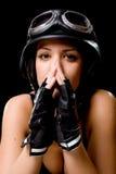 Muchacha con el casco de la motocicleta del Ejército-estilo de los E.E.U.U. Fotos de archivo