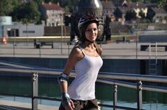 Muchacha con el casco y los en línea-patines Imagen de archivo libre de regalías
