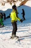 Muchacha con el casco y máscara después de esquiar en un día soleado imagenes de archivo