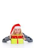 Muchacha con el casquillo y el presente de Papá Noel Fotos de archivo