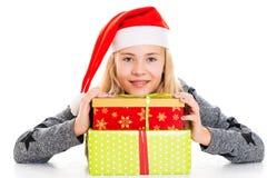Muchacha con el casquillo y el presente de Papá Noel imagen de archivo libre de regalías