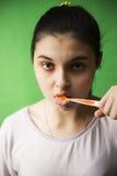 Muchacha con el cepillo de dientes aislado Imagenes de archivo