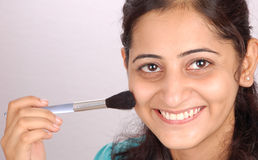 Muchacha con el cepillo del maquillaje Fotografía de archivo