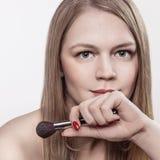 Muchacha con el cepillo del maquillaje Fotos de archivo libres de regalías
