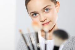 Muchacha con el cepillo para el maquillaje Imagenes de archivo