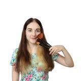 Muchacha con el cepillo para el maquillaje Imagen de archivo libre de regalías