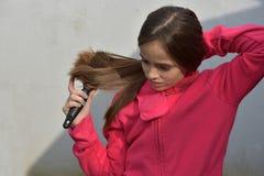 Muchacha con el cepillo para el pelo Foto de archivo libre de regalías