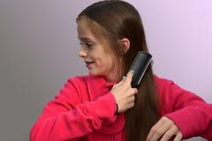 Muchacha con el cepillo para el pelo Imagenes de archivo