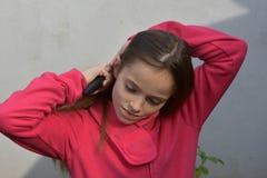 Muchacha con el cepillo para el pelo Imagen de archivo