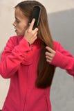 Muchacha con el cepillo para el pelo Fotos de archivo libres de regalías