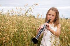Muchacha con el clarinet Imagenes de archivo