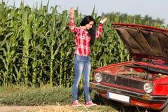 Muchacha con el coche quebrado Imagen de archivo