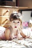 Muchacha con el collar de la perla Fotografía de archivo libre de regalías
