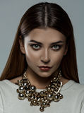 Muchacha con el collar de lujo Imagen de archivo