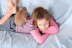 Muchacha con el conejo Imagen de archivo libre de regalías