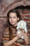 Muchacha con el conejo blanco Fotos de archivo