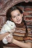 Muchacha con el conejo blanco Imagen de archivo libre de regalías