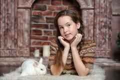 Muchacha con el conejo blanco Fotografía de archivo