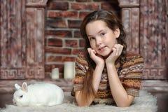 Muchacha con el conejo blanco Imagen de archivo