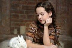 Muchacha con el conejo blanco Fotos de archivo libres de regalías
