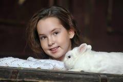 Muchacha con el conejo blanco Foto de archivo