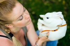 Muchacha con el conejo blanco Fotografía de archivo libre de regalías
