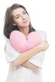 Muchacha con el corazón de la almohada del rosa de la tarjeta del día de San Valentín Imagenes de archivo