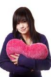 Muchacha con el corazón del juguete. Foto de archivo