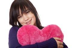 Muchacha con el corazón del juguete. Fotografía de archivo libre de regalías